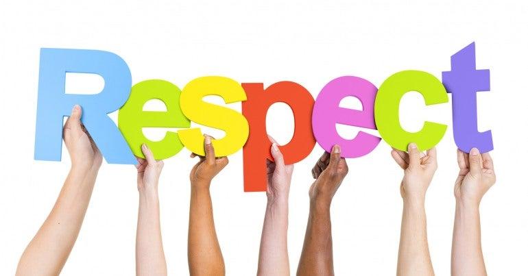 Groupe de mains de personnes diverses qui tiennent les lettres du mot respect