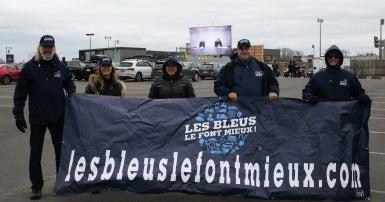 Groupe de travailleurs avec bannière avec les mots «les bleus font mieux . com»