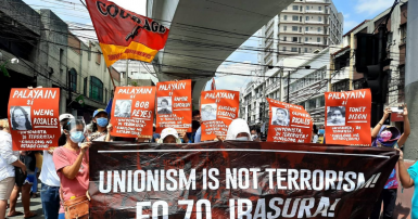 Des membres de COURAGE protestent contre la répression dans cette publication Facebook datée du 8 mars.
