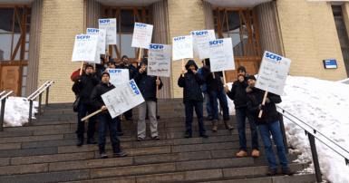 Les membres du SCFP en grève