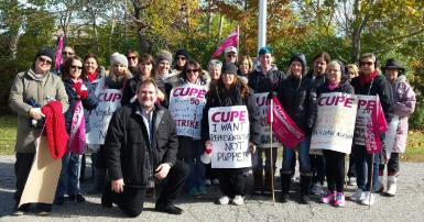 CUPE National President Mark Hancock joins CUPE 2974 Essex Library workers to show the solidarity of CUPE's 639,000 members standing behind them.