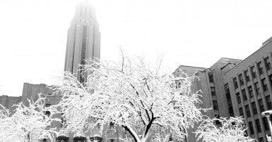 Photo en noir et blanc de l'Université de Montréal en hiver
