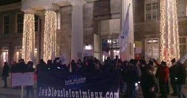 Une manifestation s'est tenue dans le Vieux-Montréal ce soir en soutien à la vingtaine de salarié.e.s du marché Bonsecours qui ont appris récemment qu'ils seront licenciés le 31 décembre 2020.