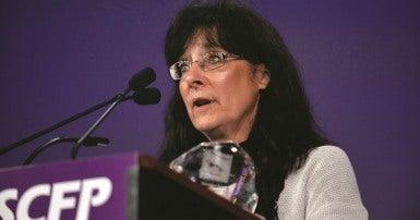 Pearl Blommaert, qui a remporté le Prix de santé et sécurité 2015 au congrès national du SCFP.