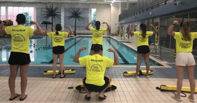 Depuis quelques jours, le personnel de la piscine arbore des chandails avec un message destiné aux personnes qui fréquentent la piscine. Leur convention collective est échue depuis le 31 décembre 2018. Photo SCFP