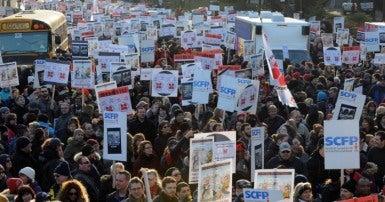 La grande manifestation du Syndicat des cols blancs de l'île de Montréal le 9 décembre dernier. Photo Michel Chartrand