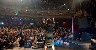 Valérie Plante saluant la foule de partisans après sa victoire au Théâtre Corona le 5 novembre 2017. Photo Eric Demers