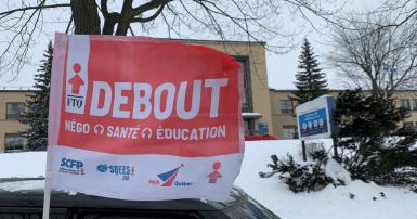 ne étape devant la Direction de la santé publique sur Sherbrooke Est à Montréal le 19 févier 2021 dans le cadre de la tournée « Toujours debout ». Photo SCFP